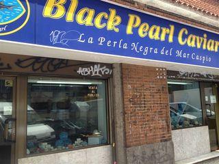 Por contraste, acreditado puesto de caviar con más de 25 años en la puerta del Mercado de los Mostenses