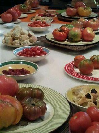 Mesa de tomates preparada para la presentación del proyecto Banquetes de Cine