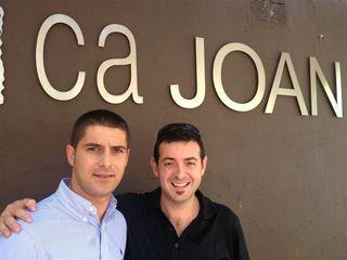Ricard Camarena y Joan Abril, en la puerta del restaurante Ca Joan