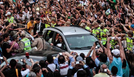 Francisco atrapado por los fieles