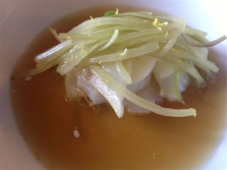 Acelgas y bacalao sobre un caldo de piñones tostados. Los piñones se infusionan tostados en un caldo de cocido, junto con flor de manzanilla