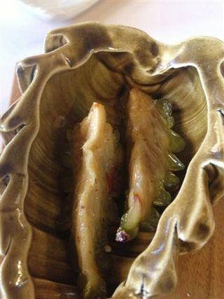 Coral de piñas verdes. Los gajos de piñas se dejan macerar en un almíbar muy dulce. El comensal los chupa para percibir sensaciones agridulces y resinosas al mismo tiempo