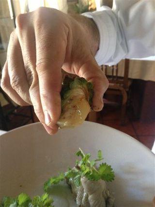 Exprimiendo el jugo de una piña verde sobre codornices escabechadas. Notas ácidas y resinosas que aportan fragancia y frescor al escabeche