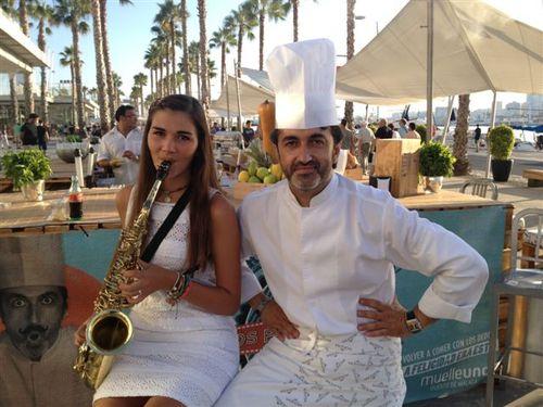 El cocinero José Carlos García con Olga, saxofonista de la Joven Orquesta Provincial de Málaga