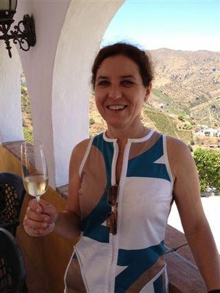 Victoria Ordoñez con una copa de su moscatel espumoso