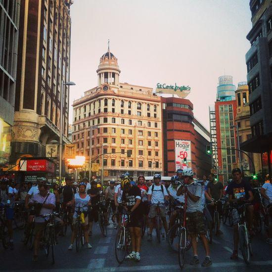 La marcha homenaje a Oscar Fernández a su paso por Gran Vía. P.L.