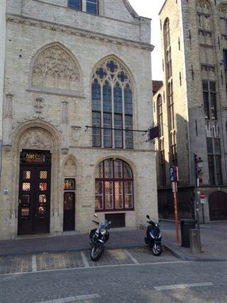 Fachada del Museo de las Patatas fritas en Brujas, edificio gótico