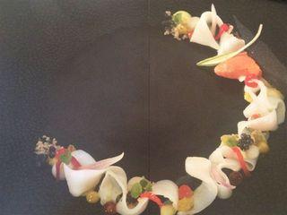 Disposición en forma de corona ideada por el cocinero Peter Goosens, del restaurante Hof Van Cleve. Foto turbia, tomada de un folleto que reproduzco por la importancia que esta estética ha desempeñado y desempeña en la creatividad culinaria flamenca. Algún cocinero francés como Pascal Barbot, se ha aproximado a estas composiciones