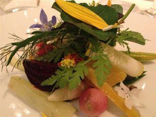 Restaurante Hertog Jan. Homenaje personal de Gert de Mangeleer a Michel Bras. Una barroca y deliciosa  composición vegetal con verduras crudas, hervidas, salteadas. Mil sabores en un plato