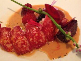 Restaurante Hertog Jan. Media langosta, remolacha, frambuesas, jugo de mariscos, flores y tallos. Contra todo pronóstico algo realmente bueno.