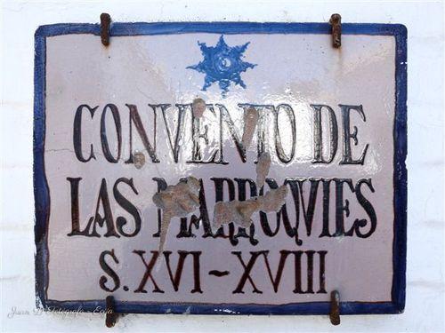 Placa de cerámica a la puerta del convento