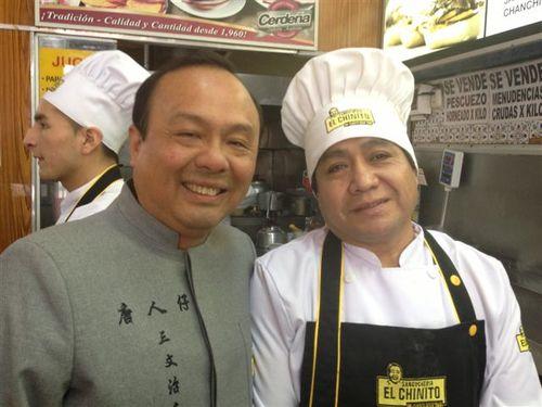Félix Yong,propietario de la sanguchería El Chinito, y su jefe de cocina peruano