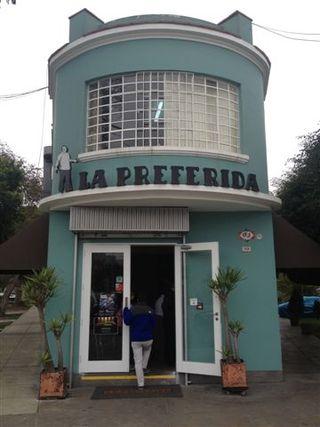 Preciosa fachada de la sanguchería y restaurante La Preferida, de larga trayectoria