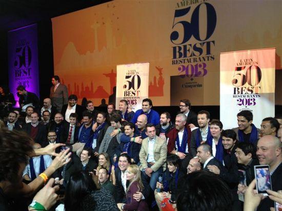 Los 50 galardonados al final de la gala. Gaston Acurio, ganador, en la parte inferior de la fotografía, delante Diego Muñoz, su jefe de cocina