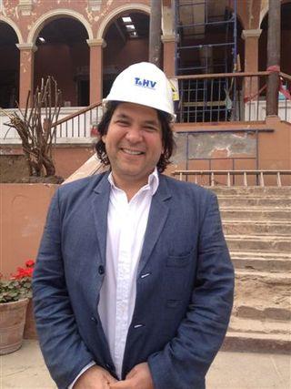 Gastón Acurio en la puerta de su nuevo restaurante que inaugurará en Lima en 2014. Hacienda Moreira, en San Isidro, un edificio del siglo XVII