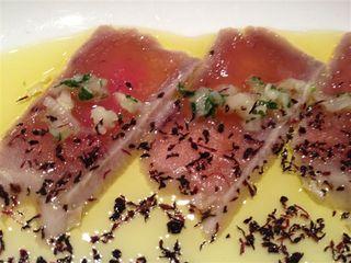 Tataki de atún al aceite de oliva, transgresión total en la cocina japonesa. Plato de Toshiro´s. Lo adereza con una salsa criolla muy particular y hierbas