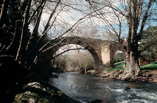 Puente sobre el río Pirón en el caserío de Covatillas Andrés Campos