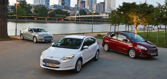 Ford Focus Electric (blanco), Fusion Hybrid (verde) y C-Max Energi (granate)