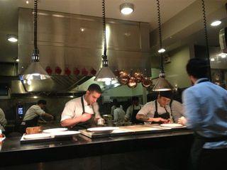Cocinas del restaurante Central en pleno servicio