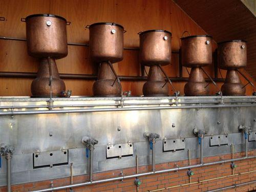 Una de las baterías de siete alquitaras en las que se destilan la sidra