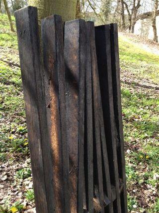 Peines de duelas de roble que se introducen en los tinos con el aguardiente de sidra. Un envejecimiento a la inversa. La madera se introduce en el alcohol en lugar del alcohol en la madera.
