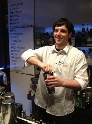 Nacho Cuevas, el simpático coctelero asturiano que entusiasma con sus cóctles creativos. Algunos elaborados con los aguardientes de sidra