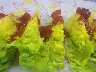 Cogollos de lechuga aliñados con vinagreta de frambuesas