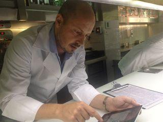 Javier Bonet manejando la tableta de comandas