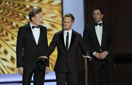 Conan O'Brien, Neil Patrick Harris y Jimmy Fallon, al inicio de la gala./ CHRIS PIZZELLO (AP)