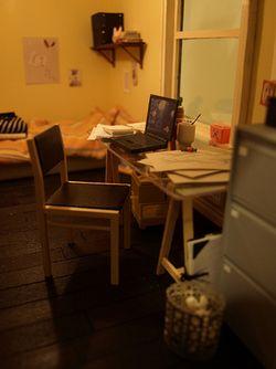 Con papeles en desorden, camas deshechas o  notas en la nevera, las ambientaciones de Annina son como frescos domésticos