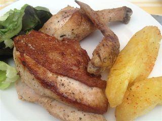 Plato de pollo asado en La Bomba Bistrot, trozos de pechuga, muslo y alita