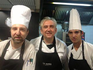 Christophe Pais con su personal de cocina