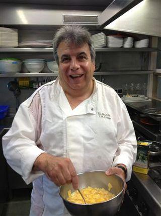 El famoso Crispi, propietario de El Manjar, a punto de cuajar su tortilla
