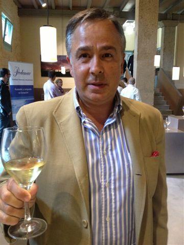 Antonio Cancela con una copa de albariño