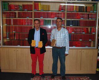 Los hermanos Juan y Antonio Cancela delante de su fabulosa colección en Carballo