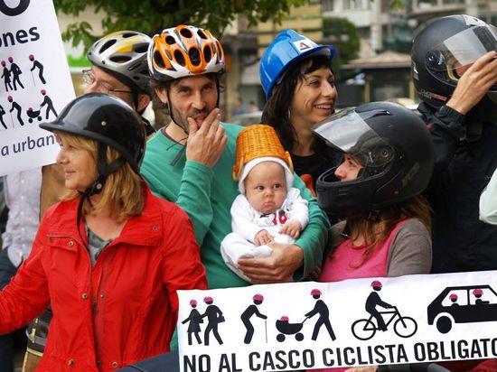 Ciclista con un casco romano en una manifestación en contra del casco obligatorio.