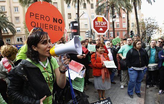 Activistas de la PAH en Valencia durante un escrache. Reuters