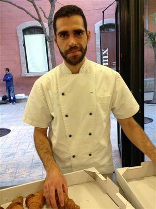 Jordi Morelló en el momento de entregar sus cruasanes. En ese momento no se podía imaginar que se iba a alzar con el premio