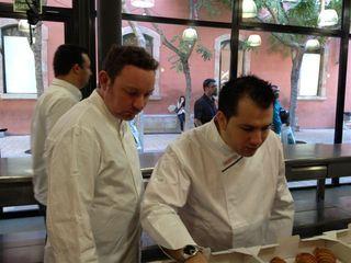 El pastelero madrileño Ricardo Vélez (Moulin Chocolat) y Albert Adrià en un momento de la cata