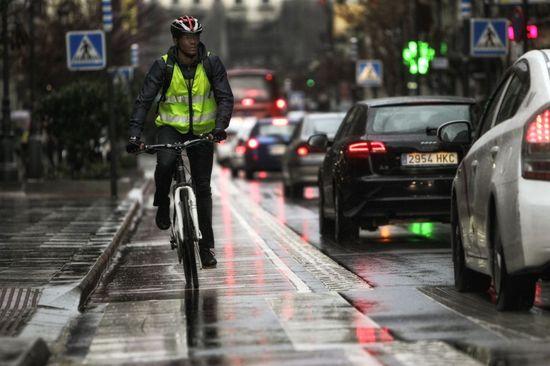 Un ciclista por las calles de Madrid. Cristobal Manuel.