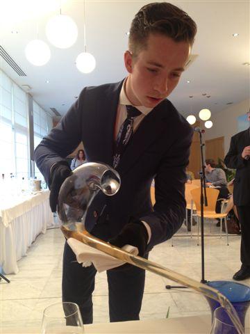 El jovencísimo sumiller holandés, Koen Van der Plas, muy creativo en la búsqueda de armonías, sirviendo un fino después de haberlo decantado