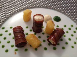 Postre del equipo holandés, piña con alga kombu, lechuga de mar y chocolate. Para acompañar el plato vino moscatel