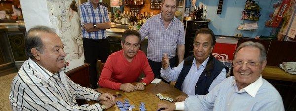 Carlos-Slim-juega-al-domino-en_54379158541_51351706917_600_226