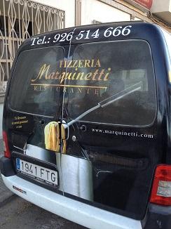 Furgoneta que utiliza Marquinetti para el reparto a domicilio en Tomelloso