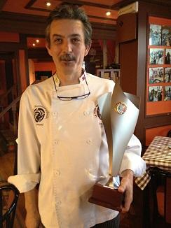 Jesús Marquina con el trofeo que acredita su condición de Campeón del Mundo 2013
