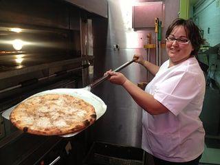 Sacando una pizza del horno