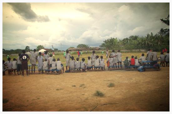 Espectadores en torneo de fútbol escolar