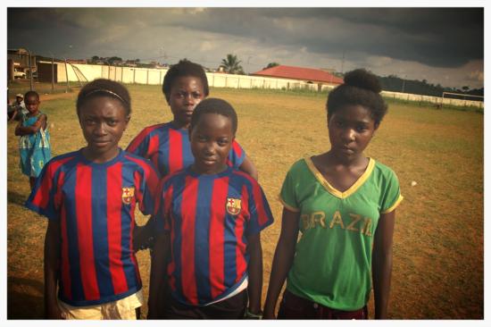Chicas futbolistas en Evinayong