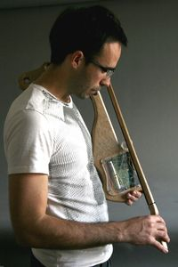 Iván Puig y un Magnetófono de arco
