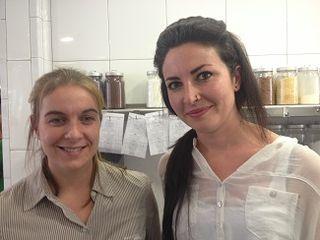 A la izquierda la doctora Marta de Miguel, del CSIC. A su lado Marta Garcés, ayudante